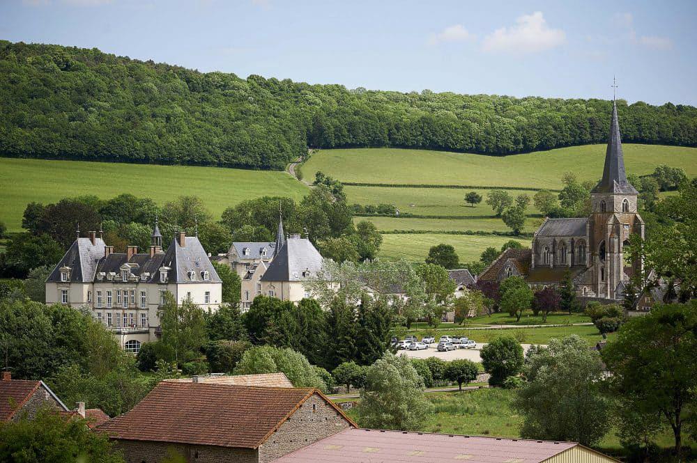 Sainte-Sabine-vue-générale-sur-Château-et-église-©Images-Associés-e1512650864730